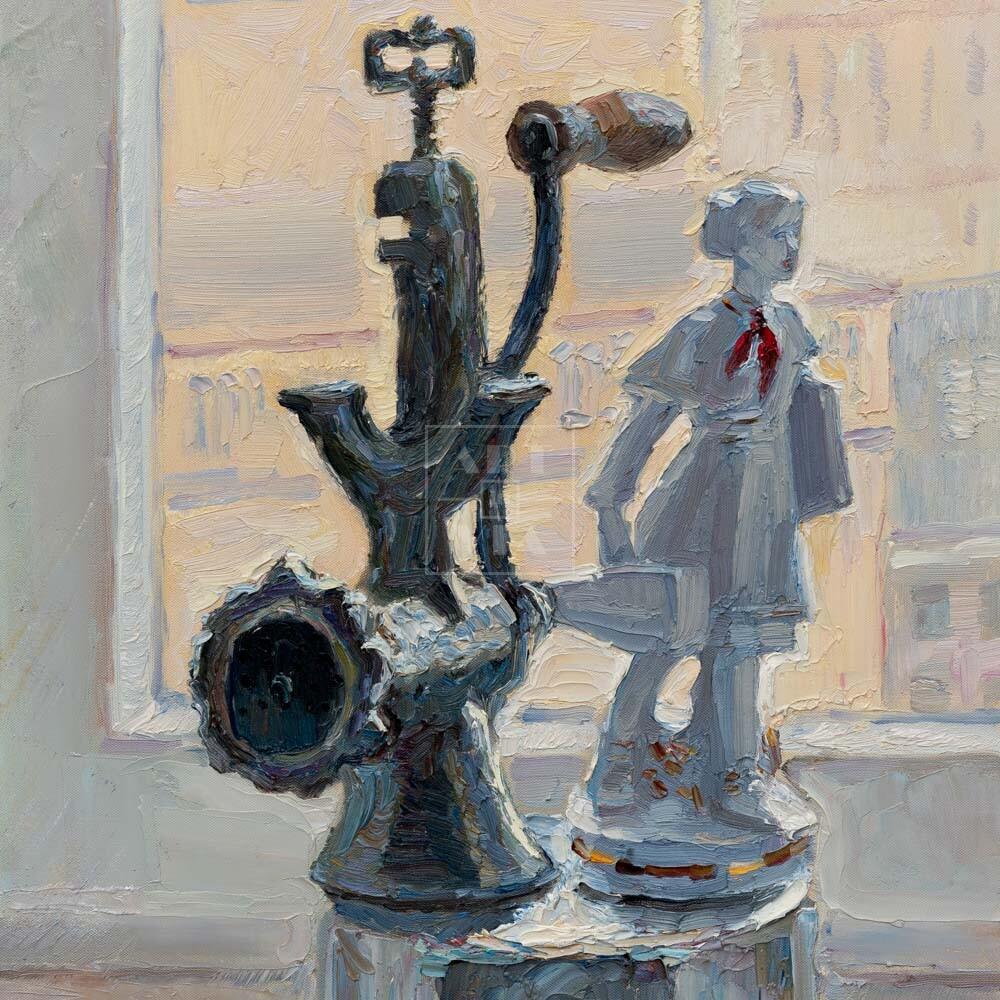 Фрагмент картины 1/3. № 5. Натюрморт со статуэткой и мясорубкой