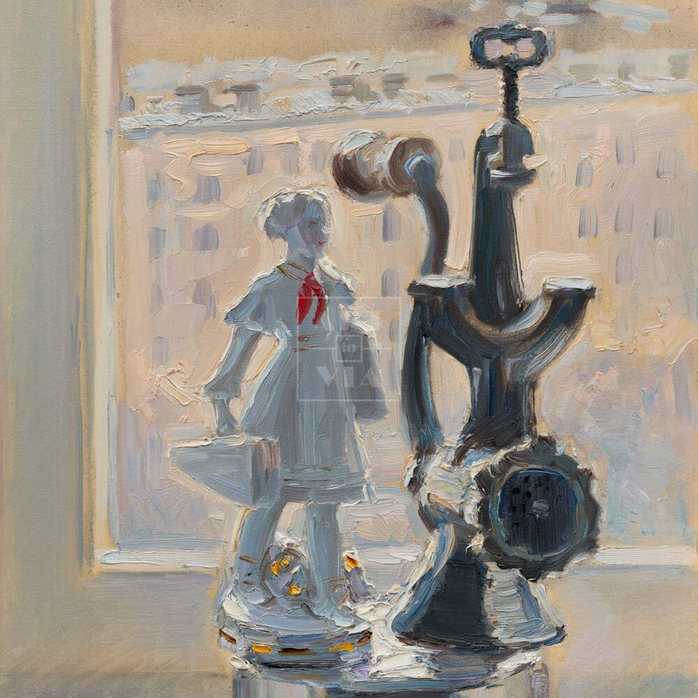 Фрагмент картины 1/3. № 6. Натюрморт со статуэткой и мясорубкой